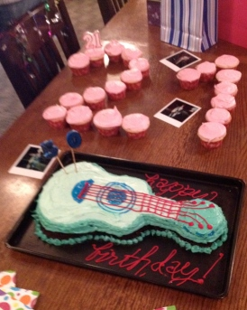 Cupcakes and guitar cake for a birthday party